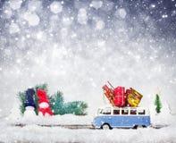 Buss med julgranen royaltyfri fotografi