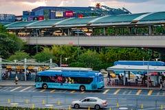 Buss- och taxiområde på Citywalk i Universal Studios område royaltyfri bild