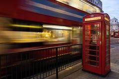 Buss- och telefonask i London Arkivfoto