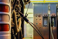 Buss på CNG-bensinstationen Royaltyfri Fotografi