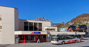 Buss på den Engelberg järnvägsstationingången Arkivfoton
