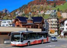 Buss på den Engelberg järnvägsstationingången Arkivfoto