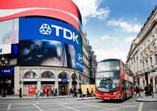 Buss på den Picadilly cirkusen i London Arkivfoton