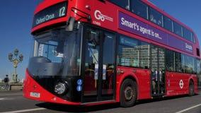 Buss på den Westminster bron med det London ögat