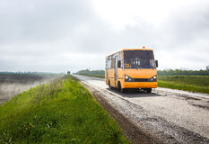 Buss på en dimmig väg Arkivbilder