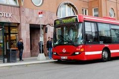 Buss på hållplatsen Fotografering för Bildbyråer