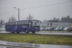 Buss på vägen Royaltyfria Bilder