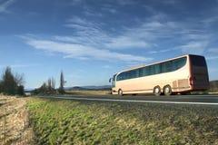 Buss på vägen Arkivbild