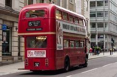 Buss 15 som heading in mot Trafalgar Square Royaltyfri Fotografi