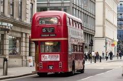 Buss 15 som heading in mot Trafalgar Square Royaltyfria Bilder