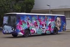 Buss som målas med grafitikonstdesign Arkivfoton