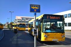 Buss som stoppar i Island Arkivbild