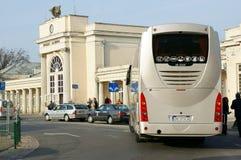 Buss som väntar vid drevstationen royaltyfri bild