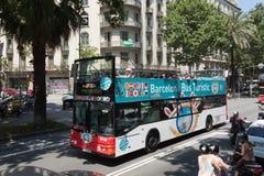 Buss Touristik på gatorna av Barcelona royaltyfri foto