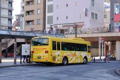 Bussa att stoppa på stationen i Tokyo, Japan Arkivfoton