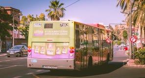 Bussa nummer 7102 av det kommunala transportföretaget av Valencia EMT Arkivbilder