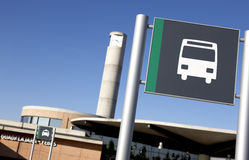 Bussa signposten på en järnväg posterar Arkivbild