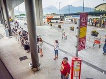 Bussar den väntande på staden för resande folk på stationen för den Hong Kong flygplatsbussen Royaltyfria Bilder