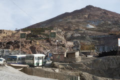 Bussar med arbetare som går till och med ingången av Cerro Rico arkivbild