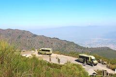 Bussar och folket vid fotvandra skuggar till överkanten av monteringen Vesuviu Royaltyfri Fotografi