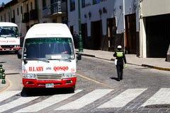Bussar och Policia Transito på gatan av Cusco Peru arkivfoto