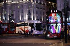 Bussar på den Piccadilly cirkusen Royaltyfri Bild