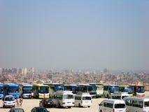 Bussar - väntande på turister nära den stora pyramiden av Giza i Kairo, Egypten fotografering för bildbyråer