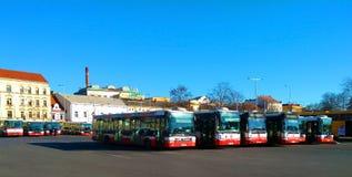 Busse der öffentlichen Transportmittel der Stadt in Prag stockfotos
