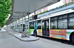 Busse, die Station entstehen Stockfotos