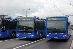 Busse an erster Moskau-Parade des Stadt-Transportes Lizenzfreie Stockfotos