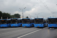 Busse an erster Moskau-Parade des Stadt-Transportes Lizenzfreie Stockfotografie
