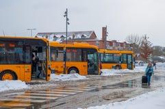 Busse parkten an der Autobusstation an einem Tag des verschneiten Winters Stockfotografie