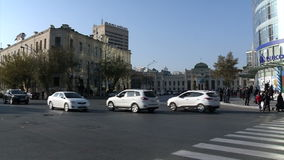 Busse und Autos auf den Straßen von Baku Azerbaijan stock video