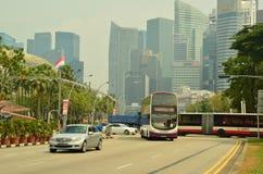 Busse und Autos in Singapur CBD Stockfotografie
