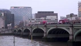 Busse an Westminster-Brücke stock footage