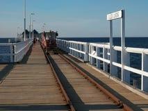 BUSSELTON, AUSTRALIA OCCIDENTAL, AUSTRALIA 9 DE NOVIEMBRE DE 2015: un pequeño tren lleva a turistas a lo largo del embarcadero de imagenes de archivo