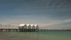 BUSSELTON, AUSTRALIA OCCIDENTALE, AUSTRALIA 9 NOVEMBRE 2015: vista grandangolare di mattina del molo del busselton dell'Australia immagini stock