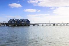 Busselton jetty blisko Margaret Rzeczny Australia jak widzieć od plażowego brzeg przeciw niebieskiemu niebu obraz stock