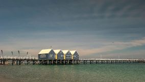 BUSSELTON, WESTELIJK AUSTRALIË, AUSTRALIË 9 NOVEMBER, 2015: de brede mening van de hoekochtend van pier de West- van Australië bu stock afbeeldingen