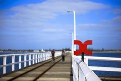 Busseltonpier dichtbij Margaret River Australia zoals die van pier tegen blauwe hemel wordt gezien royalty-vrije stock foto