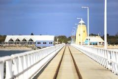 Busseltonpier dichtbij Margaret River Australia zoals die van pier tegen blauwe hemel wordt gezien royalty-vrije stock fotografie