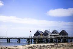 Busseltonpier dichtbij Margaret River Australia zoals die van strandkust tegen blauwe hemel wordt gezien royalty-vrije stock afbeeldingen
