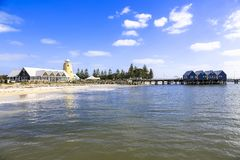 Busseltonpier dichtbij Margaret River Australia zoals die van strandkust tegen blauwe hemel wordt gezien royalty-vrije stock foto