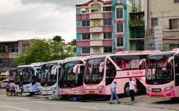 Bussen bij de post in Manilla, Filippijnen stock afbeelding