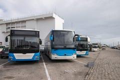 Bussen in de stad worden geparkeerd die royalty-vrije stock afbeelding