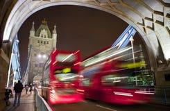 Bussen die de Brug van de Toren in Londen kruisen Royalty-vrije Stock Foto's