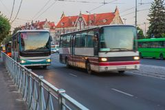 Bussen die zich in het stadscentrum bewegen royalty-vrije stock afbeeldingen