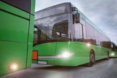 Bussen die zich in lijn bevinden stock afbeelding