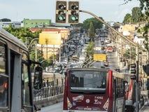 Bussen en auto'sverkeer op de weg van M 'Boi Mirim, op de zuidelijke rand van de stad van Sao Paulo royalty-vrije stock foto's