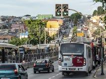 Bussen en auto'sverkeer op de weg van M 'Boi Mirim, op de zuidelijke rand van de stad van Sao Paulo royalty-vrije stock afbeeldingen